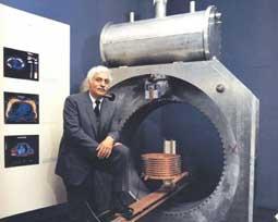 תמונת ריימונד דמדיאן עם אבטיפוס ה-MRI הכל-גופי הראשון שבנה