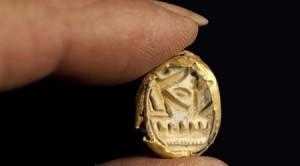 טבעת החותם שהתגלתה בקבר- צילום קלרה עמית באדיבות רשות העתיקות
