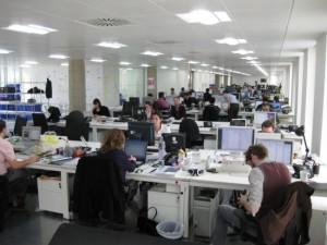אנשים יושבים במשרד