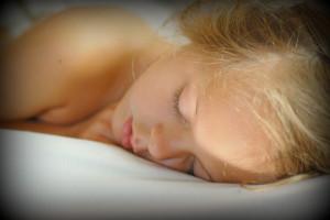 אשה ישנה במיטה